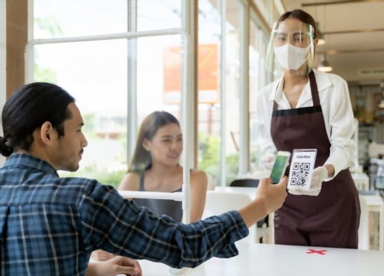 Customer scan QR code online menu from waitress